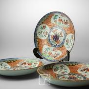 Trois assiettes en porcelaine
