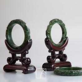 Quatre bracelets sculptés en jade